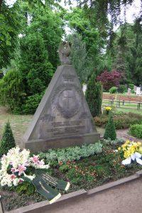 Grabstätte von Ernst und Clementine von Schuch auf dem Friedhof Radebeul-West